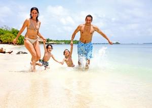 photodune-454379-happy-family-on-vacation-m